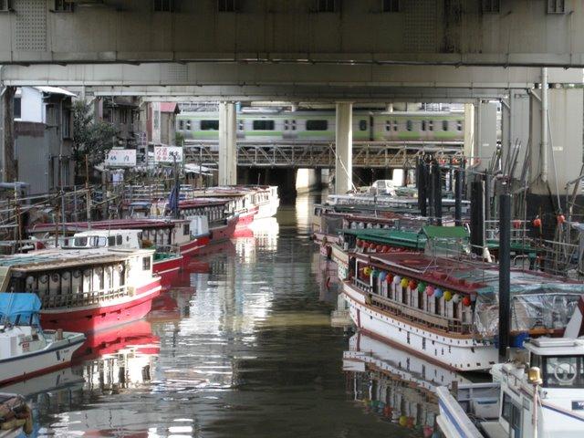Tokyo Bay cruise boats berthed between Hamamatsu-cho and Tamachi